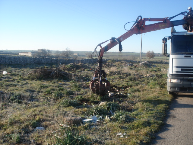 Movimentazione-e-carico-rifiuti-abbandonati.jpg