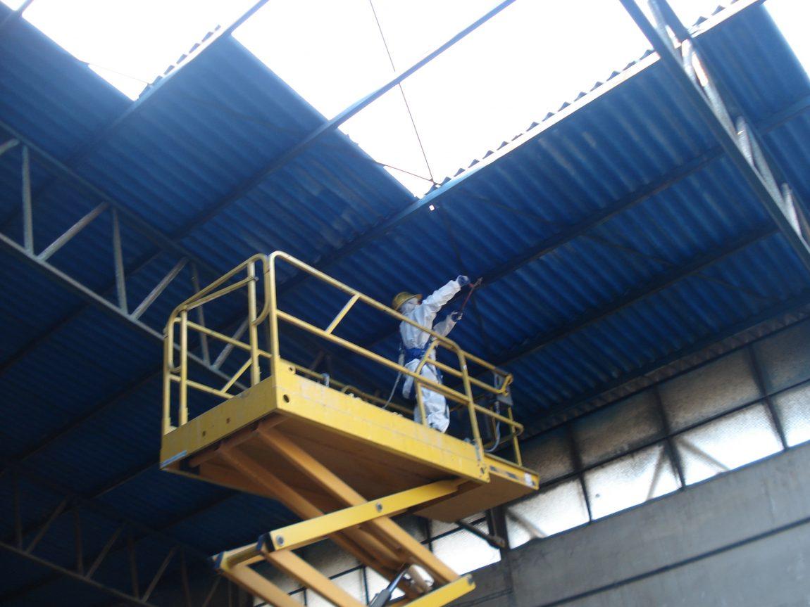 Stato-dei-luoghi-durante-la-fase-di-rimozione-degli-ancoraggi-delle-lastre-di-copertura-in-cemento-amianto..jpg