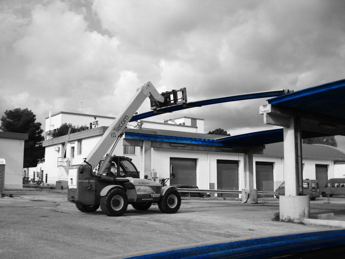 Stato-dei-luoghi-durante-la-fase-di-rimozione-dei-lastroni-di-copertura-in-cemento-amianto-con-uso-di-merlo..jpg